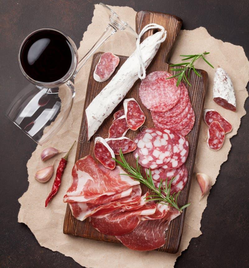 Salami, Schinken, Wurst, Prosciutto und Wein stockfotos