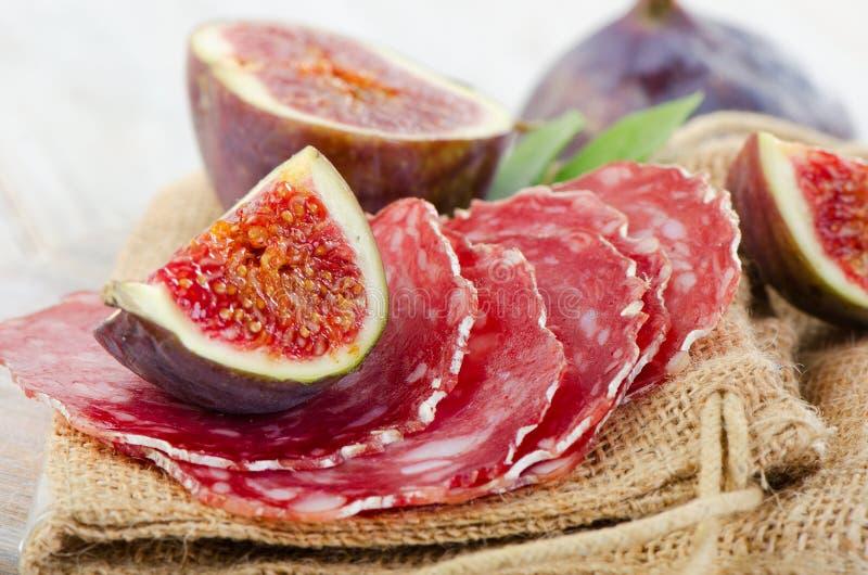 Salami und Feigen stockfotografie