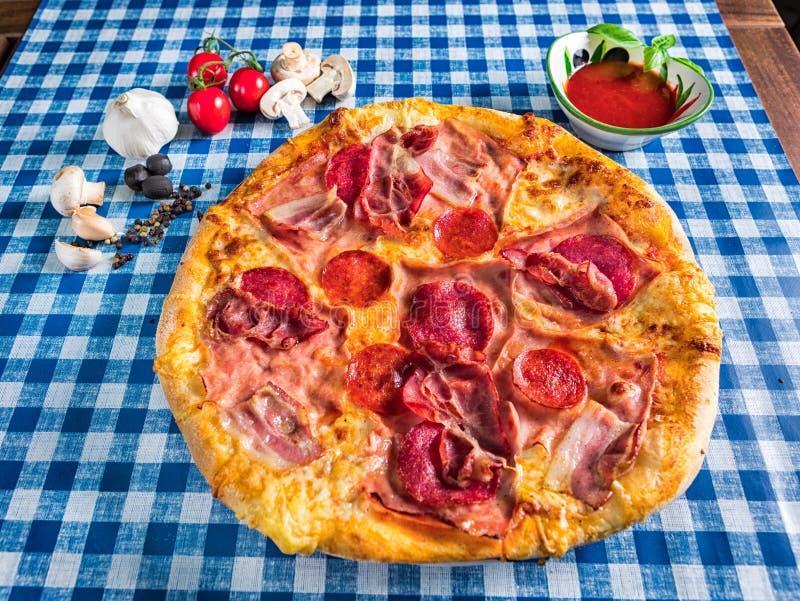 Salami- und Schinkenpizza mit Käse stockfotografie