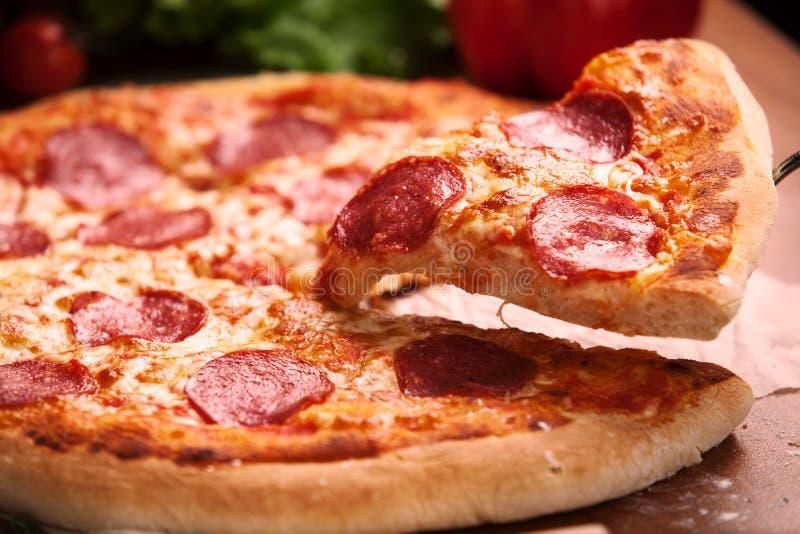 Salamipizza auf dem Tisch stockbilder