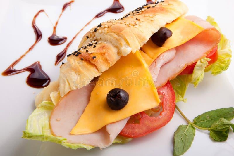 Salamisandwich und -chips stockfotos