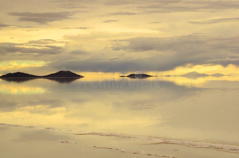 Salar de Uyuni, das größte Salzflachgebiet der Welt, Altiplano, Bolivien, Südamerika stockfotografie