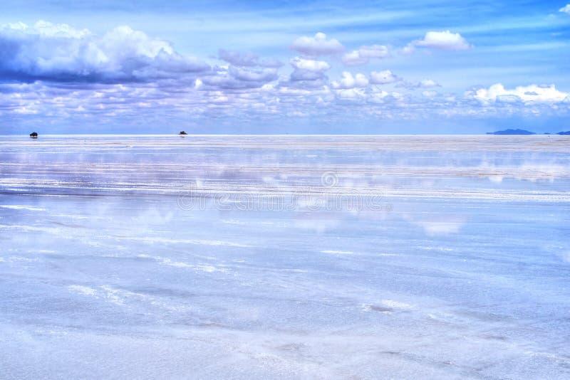 Salar de Uyuni reflexion av blå himmel royaltyfria bilder