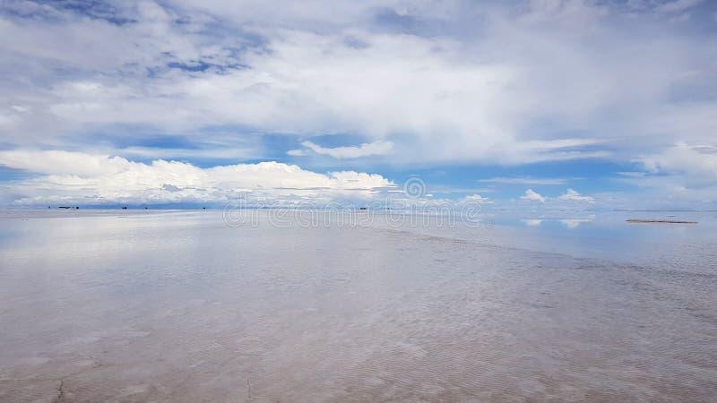 Salar de Uyuni si ? sommerso dopo le pioggie, Bolivia fotografie stock