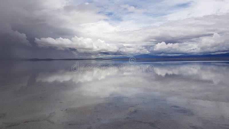 Salar de Uyuni si ? sommerso dopo le pioggie, Bolivia fotografia stock libera da diritti