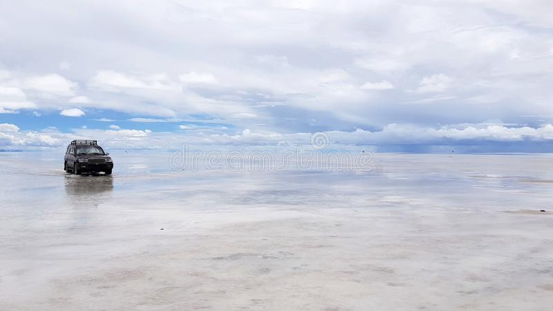 Salar de Uyuni si ? sommerso dopo le pioggie, Bolivia immagini stock