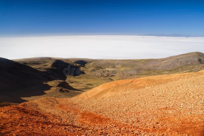Salar de Uyuni von farbigen Bergen lizenzfreies stockfoto