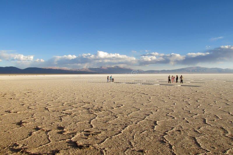 Salar Uyuni brudny słone jezioro i turyści na zmierzchu fotografia royalty free