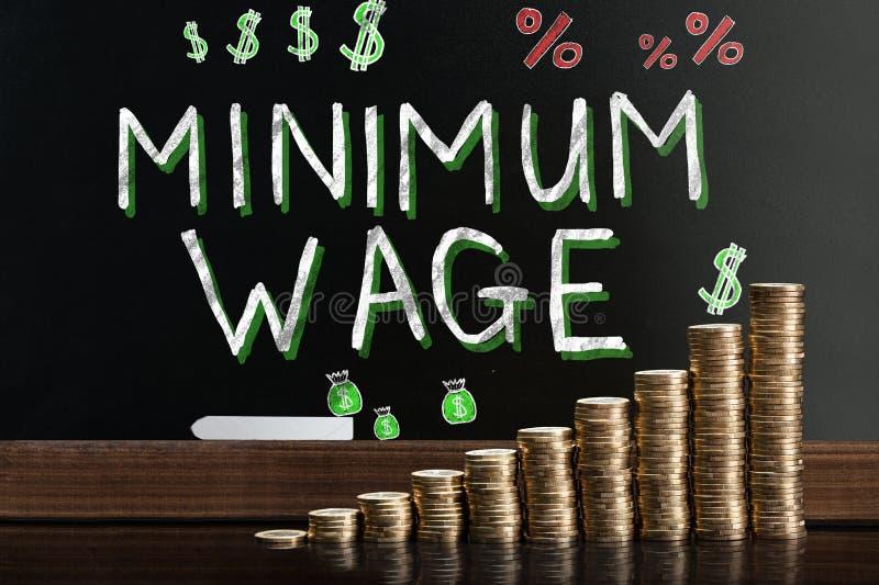 Salario mínimo en la pizarra imagen de archivo libre de regalías
