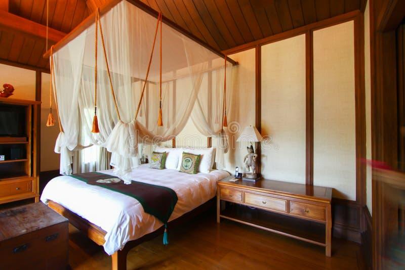 Salas da cama do vintage no hotel ou no recurso foto de stock