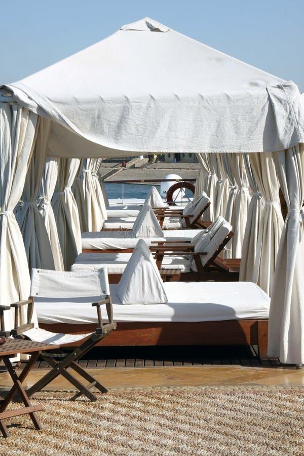 Salas de estar na plataforma de Sun do barco