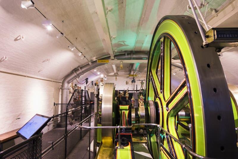 Salas de máquinas vitorianos, que abrigam os motores carvão-conduzidos usados uma vez para pôr elevadores da ponte Dentro da pont imagens de stock royalty free
