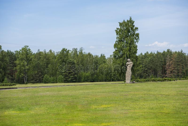 Salaspils, Латвия - 19-ое июня 2019: Памятники на ансамбле Salaspils мемориальном Мемориал расположен на бывшем месте Salaspils стоковая фотография rf