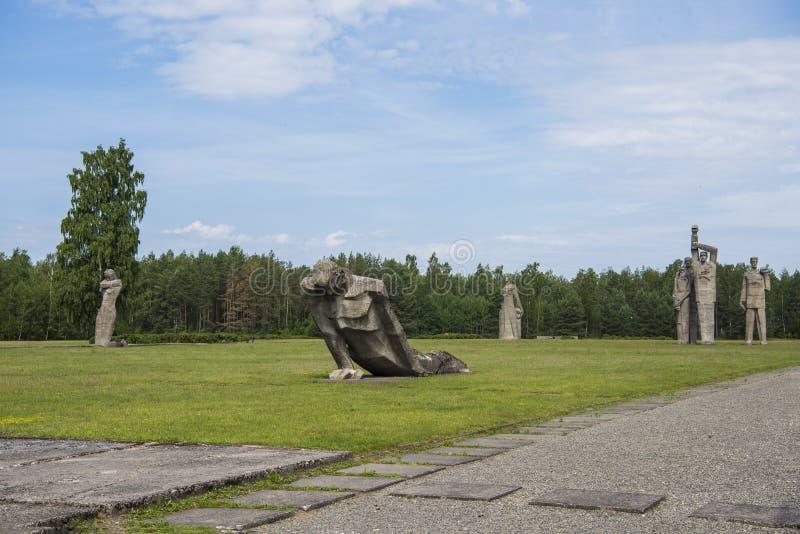 Salaspils, Letland - Juni 19, 2019: Monumenten bij het Herdenkingsensemble van Salaspils Het gedenkteken wordt gevestigd op de vr royalty-vrije stock afbeelding