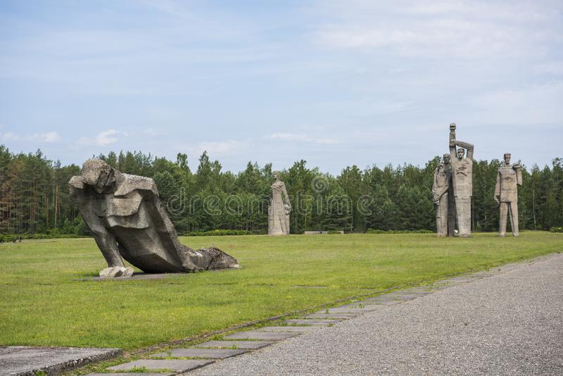 Salaspils, Letland - Juni 19, 2019: Monumenten bij het Herdenkingsensemble van Salaspils Het gedenkteken wordt gevestigd op de vr royalty-vrije stock fotografie
