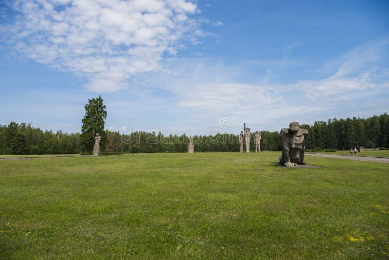 Salaspils, Letland - Juni 19, 2019: Monumenten bij het Herdenkingsensemble van Salaspils Het gedenkteken wordt gevestigd op de vr stock foto