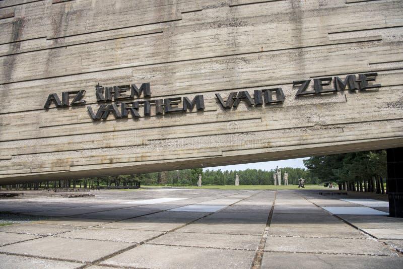 Salaspils, Letonia - 19 de junio de 2019: Monumentos en el conjunto conmemorativo de Salaspils El monumento está situado en el lu imagenes de archivo