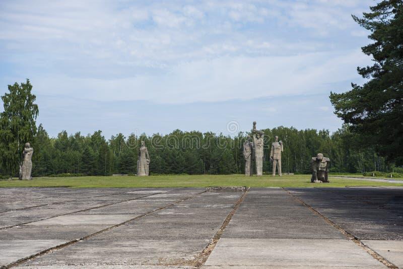 Salaspils, Letonia - 19 de junio de 2019: Monumentos en el conjunto conmemorativo de Salaspils El monumento está situado en el lu imágenes de archivo libres de regalías