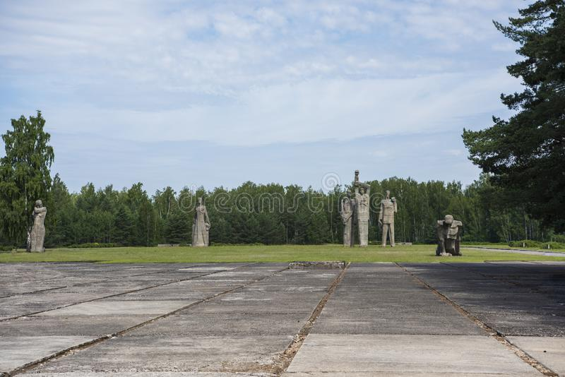 Salaspils, Lettonia - 19 giugno 2019: Monumenti all'insieme commemorativo di Salaspils Il memoriale è situato sul precedente post immagini stock libere da diritti