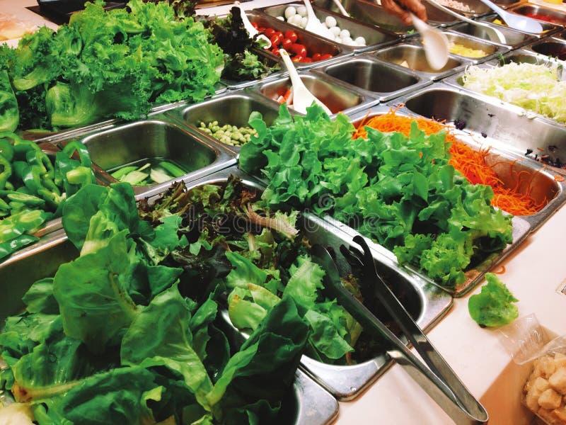 Salat-Buffet, vegetarisches Lebensmittel lizenzfreie stockfotos