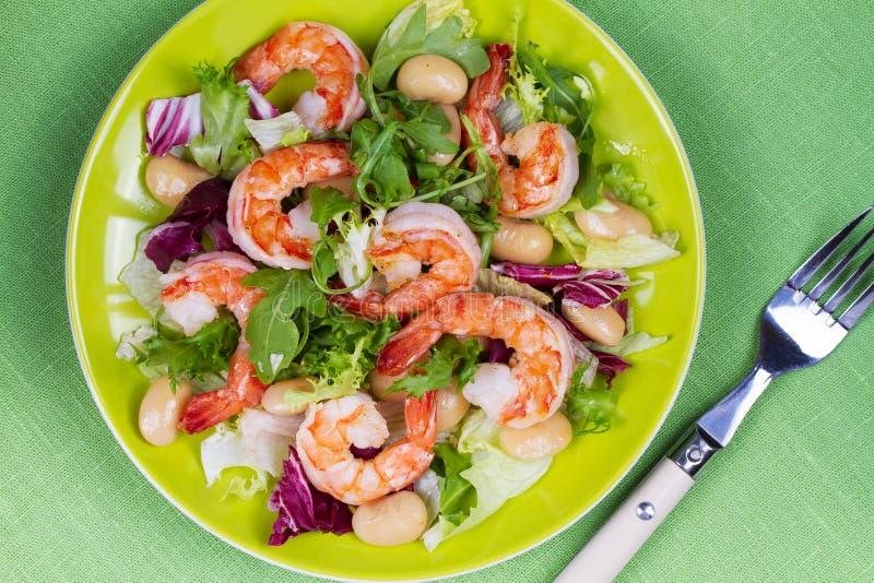 Salat der Garnele und der weißen Bohne Ansicht von oben, Spitzenatelieraufnahme stockfotos
