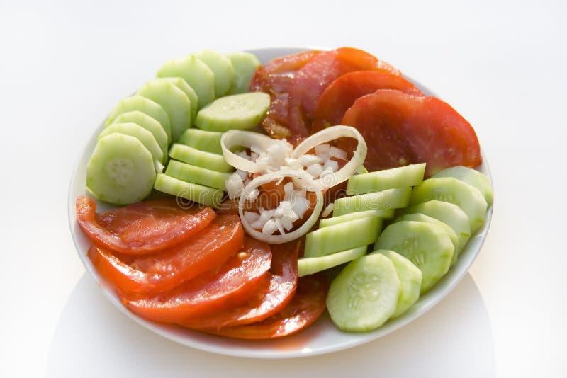 Salat der Gurke und der Tomate mit Zwiebelenringen stockbild