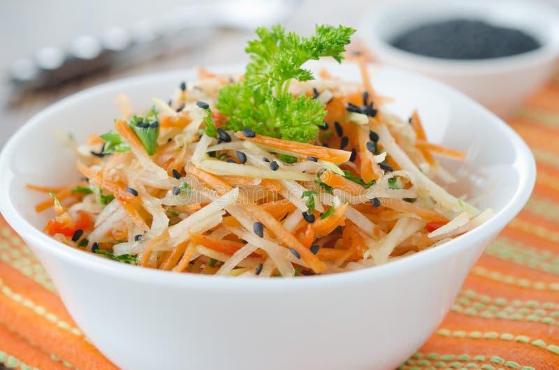 Salat des Blumenkohls, der Karotten und der roten Pfeffer stockfotografie