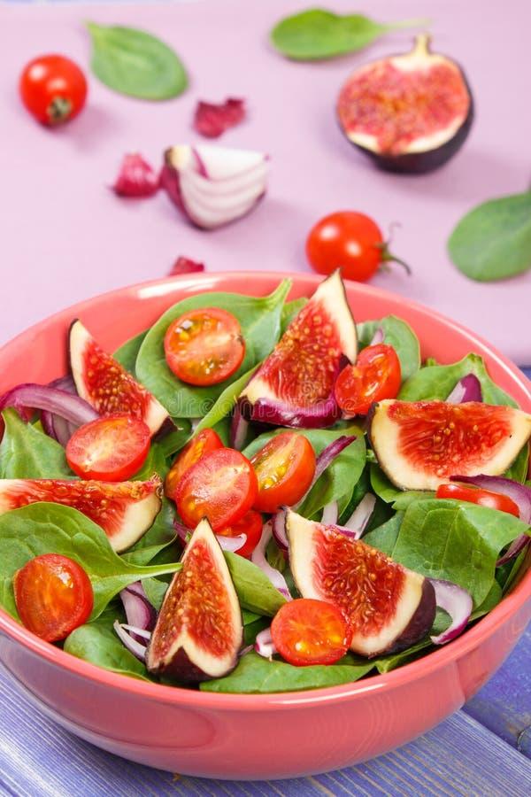 Salat des frischen Obst und Gemüse in der Glasschüssel, gesundes Nahrungskonzept stockfotos