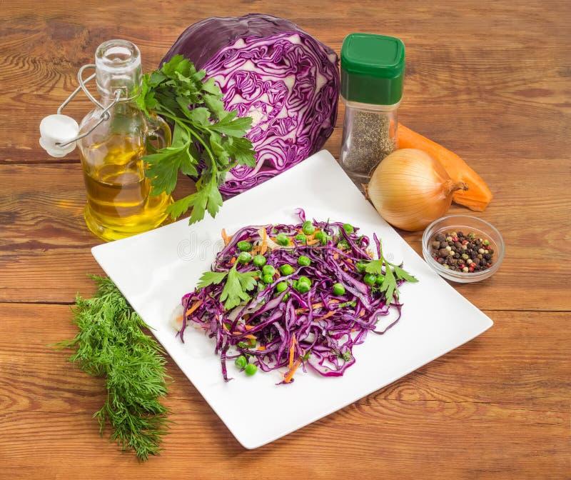 Salat des gehackten Rotkohls und einiger grundlegender Bestandteile stockfoto