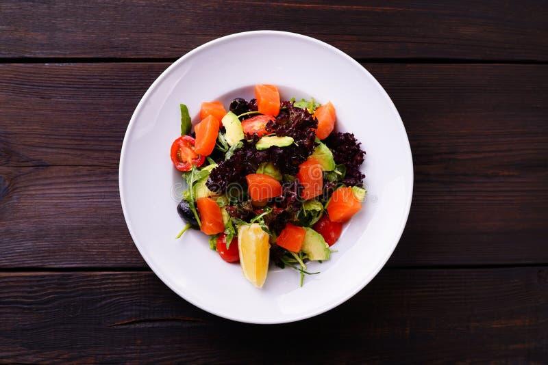 Salat des geräucherten Lachses mit Kopfsalat und Tomaten stockfoto