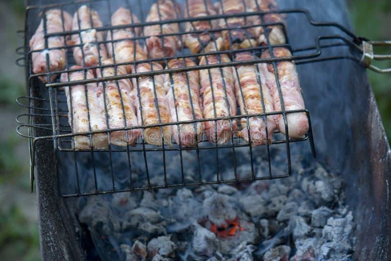 Salat in einem Restaurant Würste mit dem Käse gesponnen in Speck auf einer Metallgrillnahaufnahme stockbild