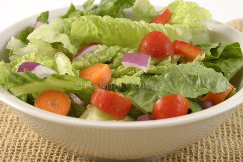 Salat in einer weißen Schüssel lizenzfreies stockfoto