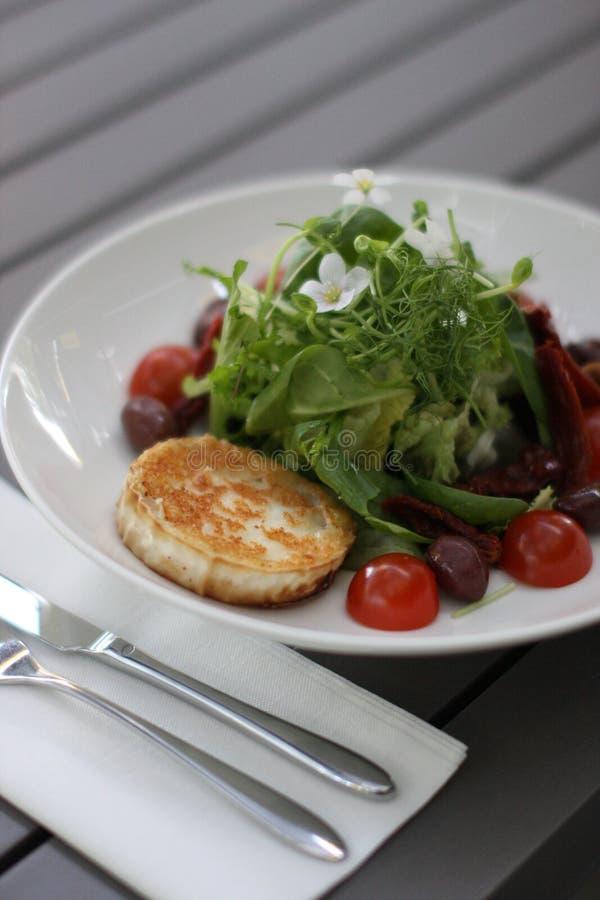 Salat för restauranggetost med körsbärsröda tomater royaltyfri fotografi