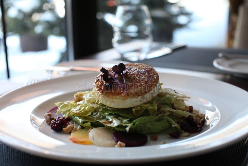 Salat för restauranggetost med rödbeta och tranbär fotografering för bildbyråer