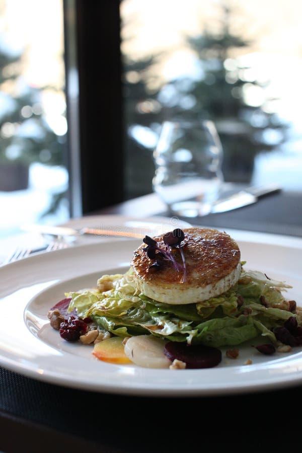 Salat för restauranggetost med rödbeta och tranbär arkivbilder
