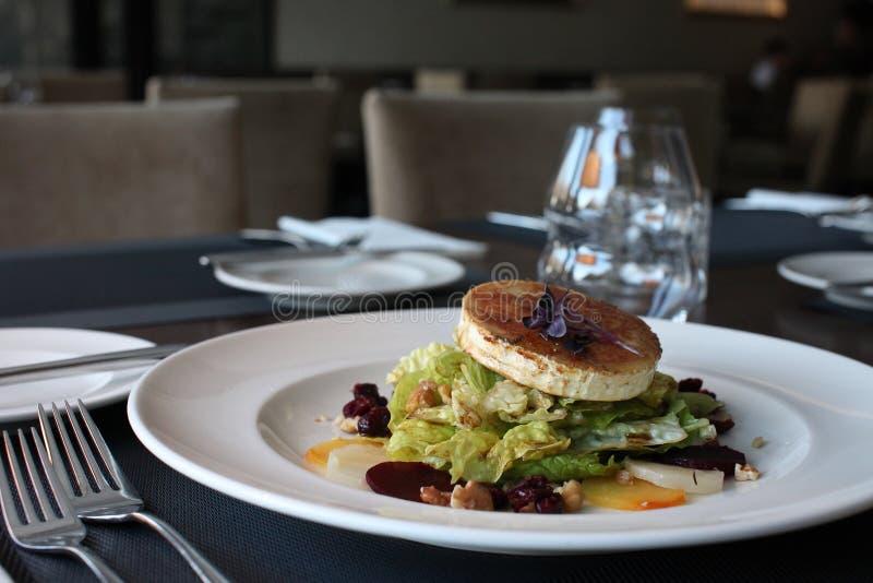 Salat för restauranggetost med rödbeta och tranbär royaltyfri fotografi
