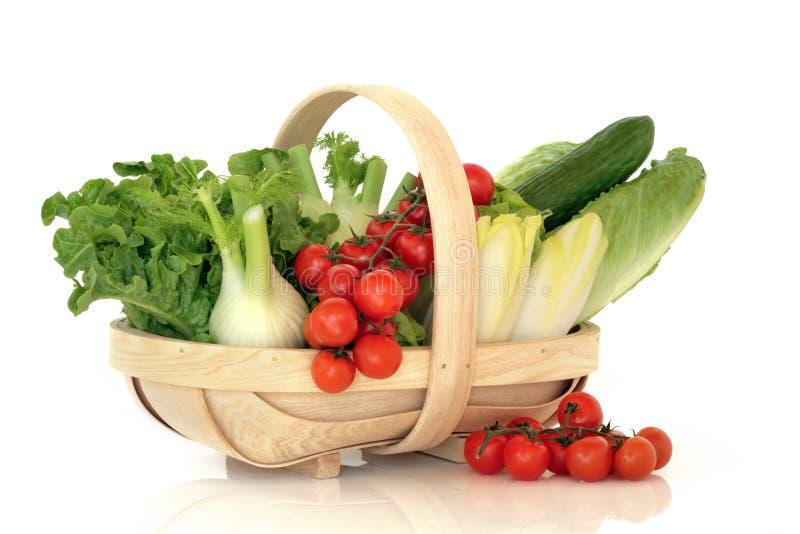 Salat-Gemüse in einem Korb lizenzfreie stockfotos