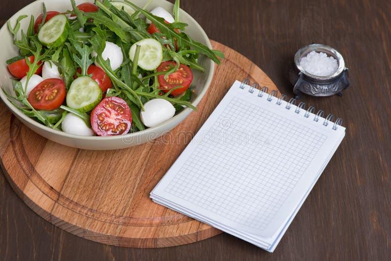 Salat gemacht mit Arugula, Tomaten, Mozzarella lizenzfreies stockfoto