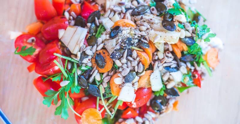 Salat mélangé frais et savoureux, heure d'été photo libre de droits