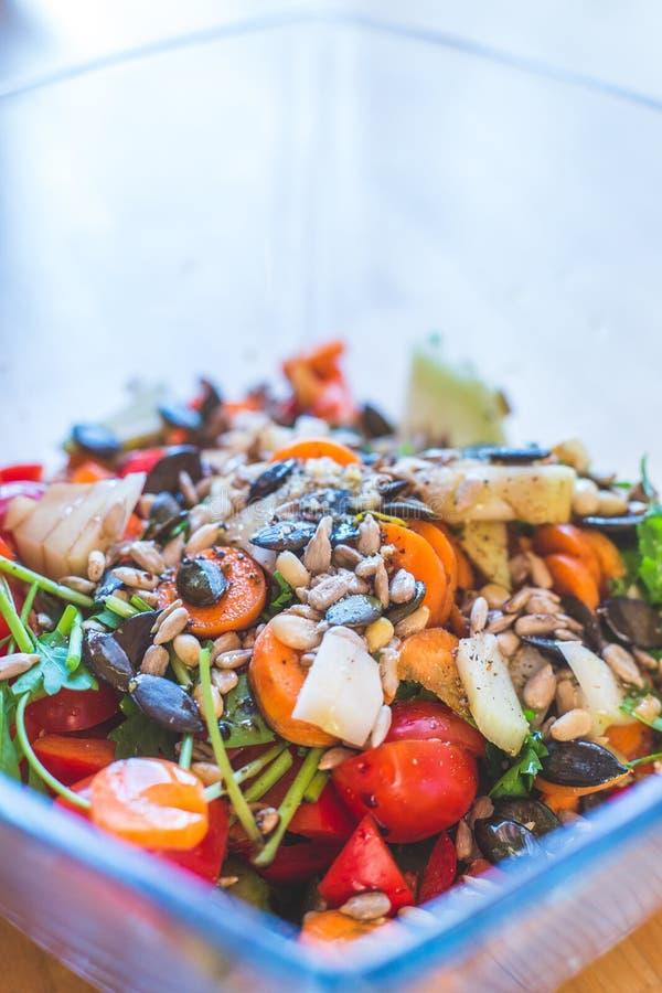 Salat mélangé frais et savoureux, heure d'été photo stock