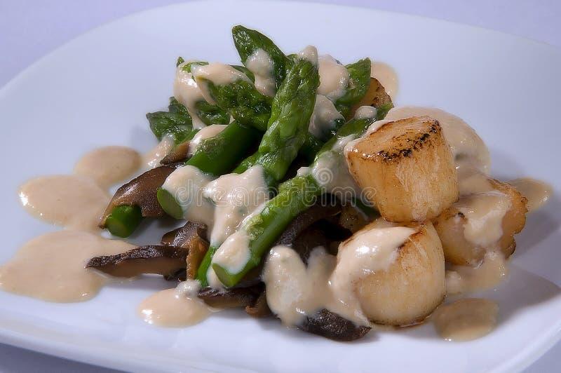 salat met asperge, overzeese kammossel royalty-vrije stock foto
