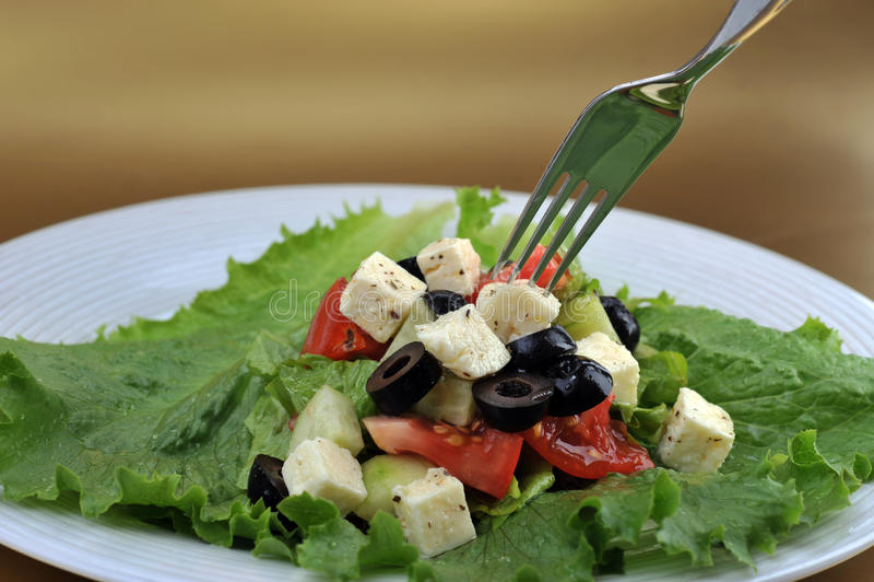 Salat met feta kaas en verse groenten royalty-vrije stock fotografie
