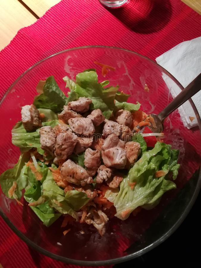 Salat met vlees stock foto