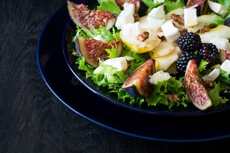 salat mit birnen kopfsalat feigen waln ssen ziegenk se waln ssen und honig stockfoto bild. Black Bedroom Furniture Sets. Home Design Ideas