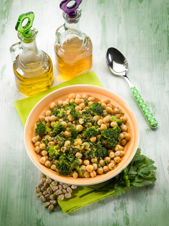 Salat mit Brokkoli anche Kichererbsen lizenzfreies stockfoto