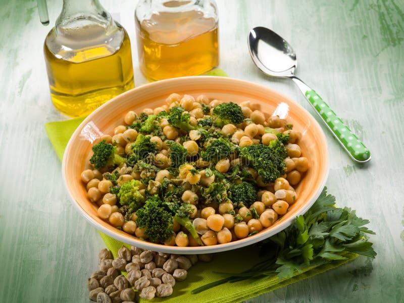 Salat mit Brokkoli und Kichererbsen stockfotos
