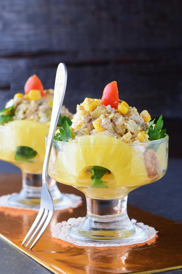 Salat mit chiken Leiste, Ananas, Pilze, Walnüsse in einem Glasteller auf einem grauen abstrakten Hintergrund Gesundes Essen stockfotos