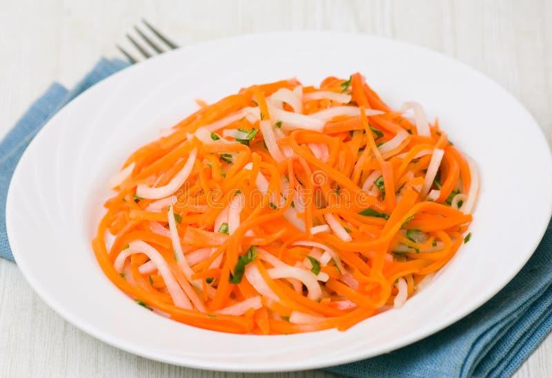 Salat mit daikon Rettich und Karotte stockbilder