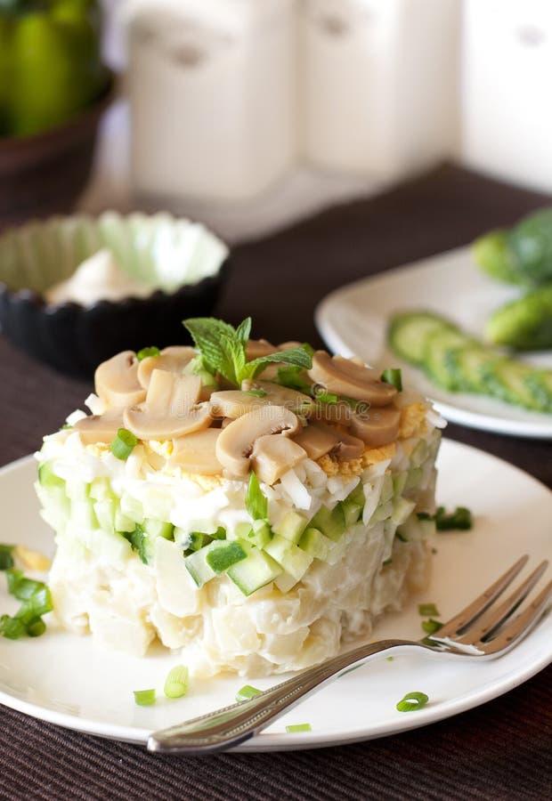 Salat mit dem Gemüse und Eiern, ausgebreitet in einer Kreisform stockbilder