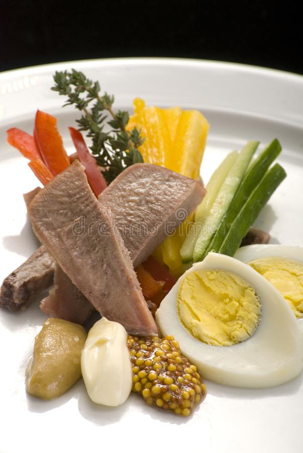 Salat mit der Rinderzunge, Gemüse und Eiern lizenzfreies stockbild
